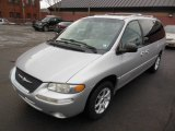 2000 Chrysler Town & Country Limited Front 3/4 View