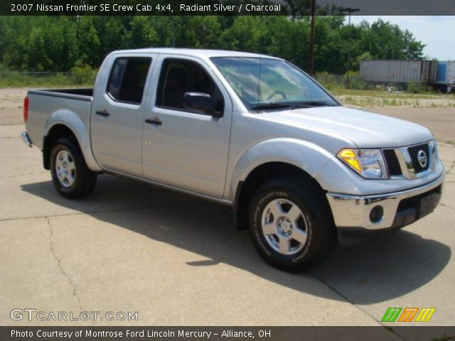 radiant silver 2007 nissan frontier se crew cab 4x4 charcoal interior. Black Bedroom Furniture Sets. Home Design Ideas