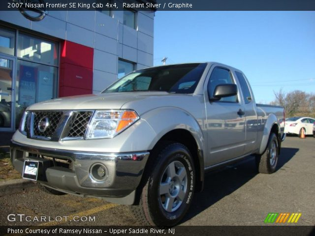 radiant silver 2007 nissan frontier se king cab 4x4 graphite interior. Black Bedroom Furniture Sets. Home Design Ideas