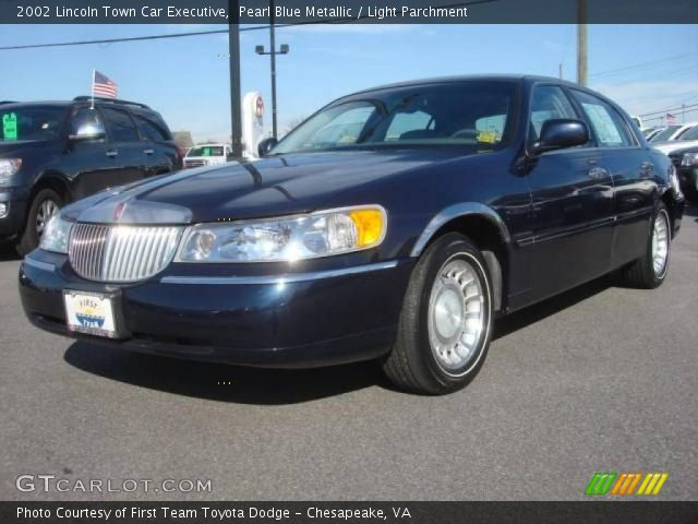 pearl blue metallic 2002 lincoln town car executive light parchment interior. Black Bedroom Furniture Sets. Home Design Ideas