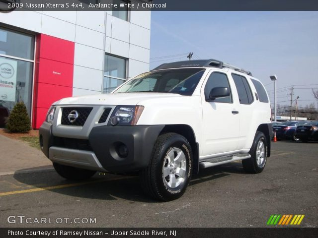 avalanche white 2009 nissan xterra s 4x4 charcoal interior vehicle archive. Black Bedroom Furniture Sets. Home Design Ideas