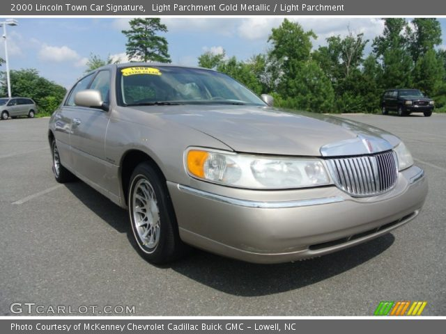 2000 Lincoln Town Car Signature in Light Parchment Gold Metallic
