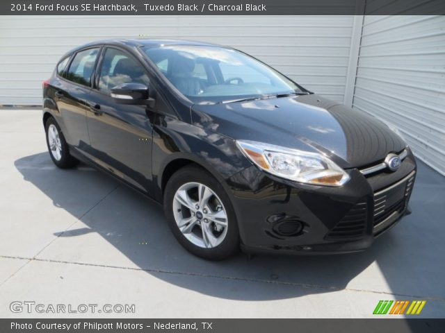 tuxedo black 2014 ford focus se hatchback charcoal black interior vehicle. Black Bedroom Furniture Sets. Home Design Ideas