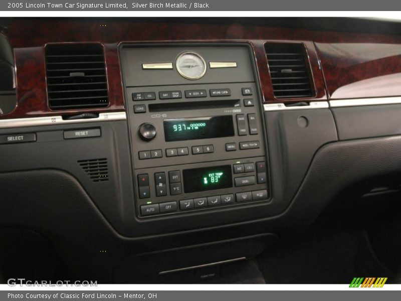 Controls of 2005 Town Car Signature Limited