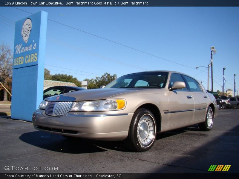 1999 lincoln town car executive in light parchment gold metallic photo no 57296583. Black Bedroom Furniture Sets. Home Design Ideas