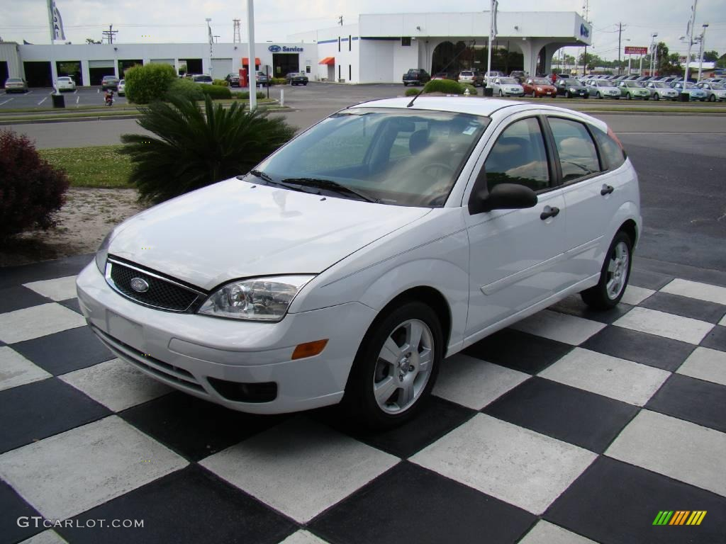 2006 Cloud 9 White Ford Focus Zx5 Ses Hatchback  10475305