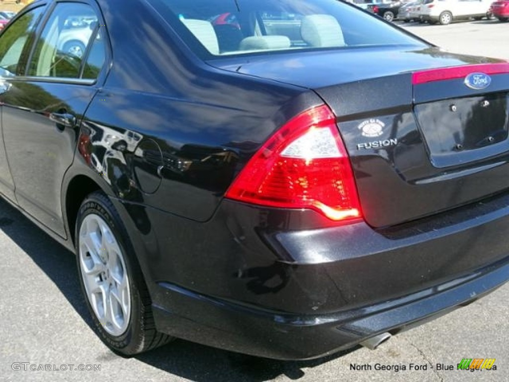 2011 Fusion SE V6 - Tuxedo Black Metallic / Medium Light Stone photo #36