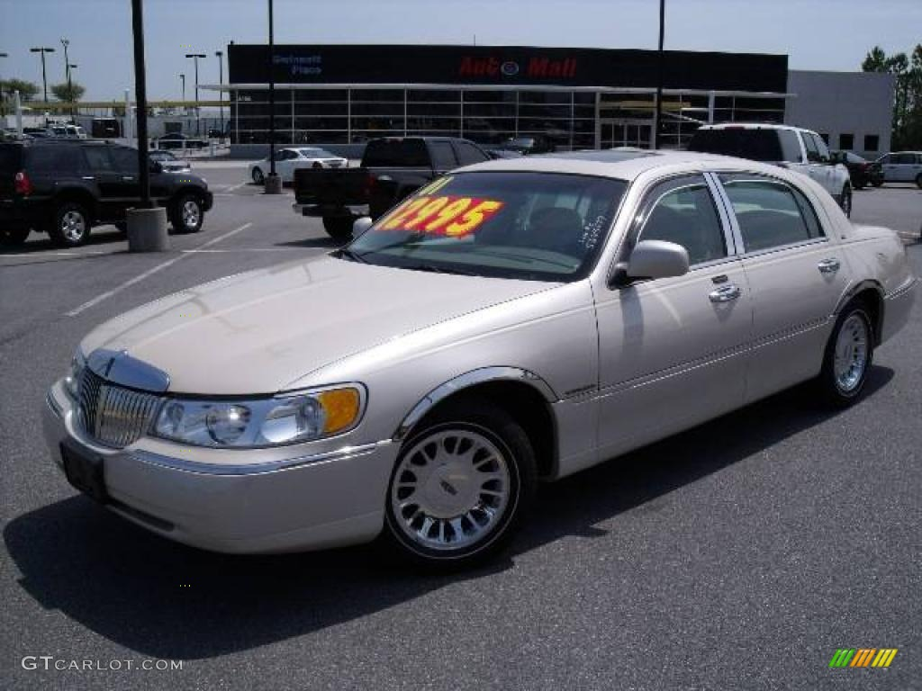 2001 White Pearl Tri Coat Lincoln Town Car Cartier 11355664