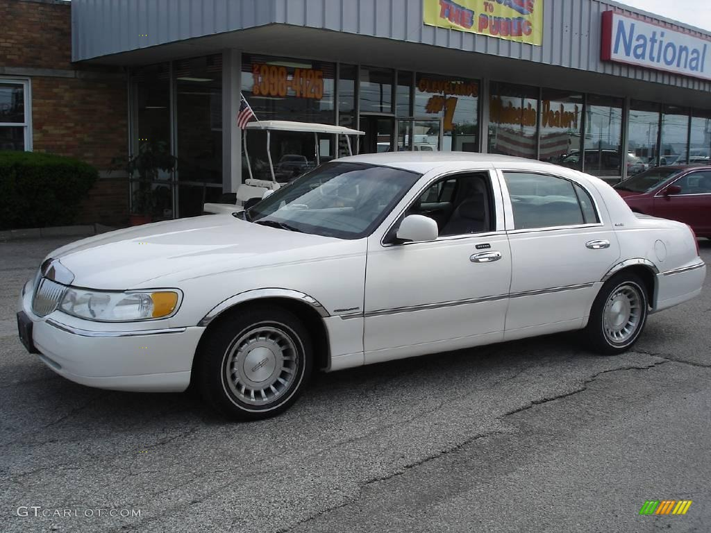 2001 Vibrant White Lincoln Town Car Executive 11813435 Gtcarlot