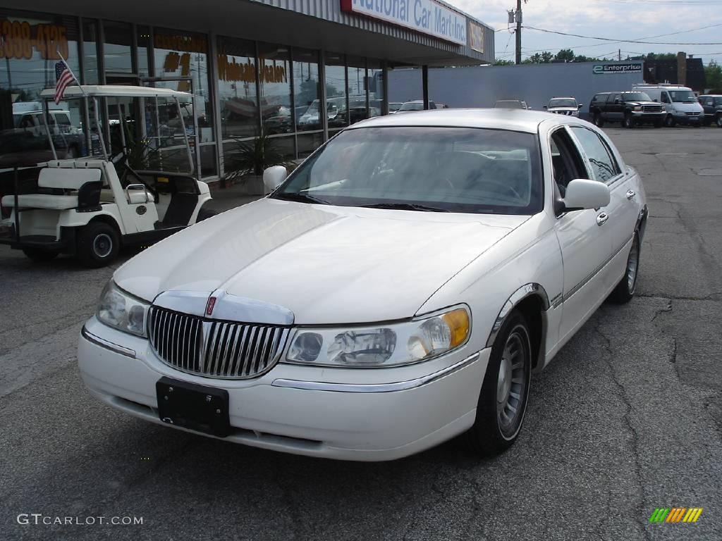2001 vibrant white lincoln town car executive 11813435. Black Bedroom Furniture Sets. Home Design Ideas
