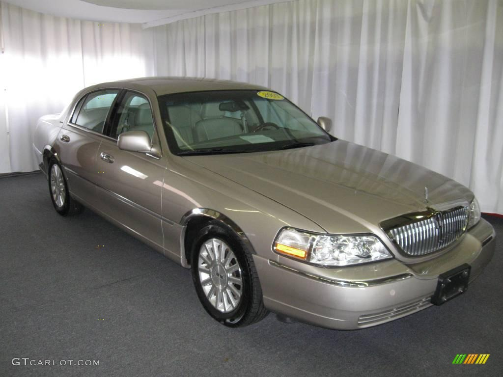 2003 Light Parchment Gold Lincoln Town Car Signature 12454959