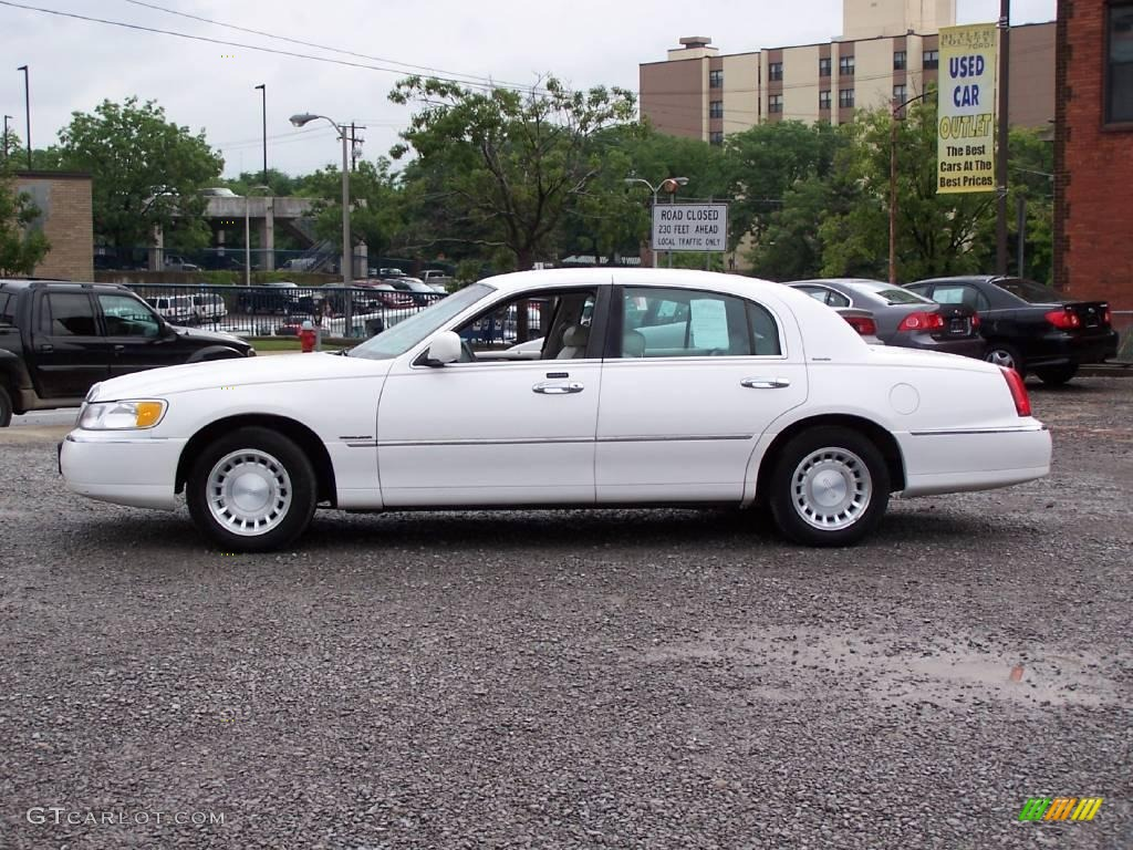 2000 Lincoln Town Car White