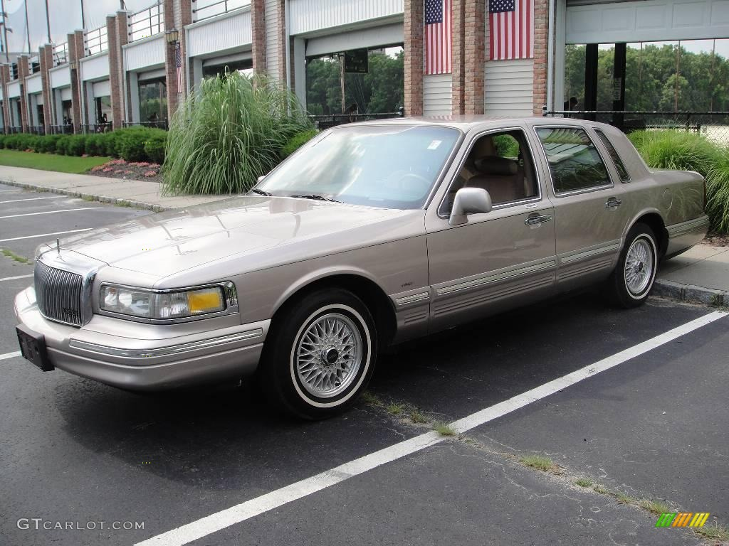 1995 Town Car Signature Pumice Pearl Metallic Tan Photo 1