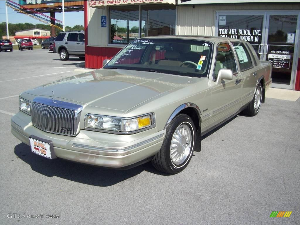 1997 light prairie tan metallic lincoln town car signature 17315738 car color. Black Bedroom Furniture Sets. Home Design Ideas