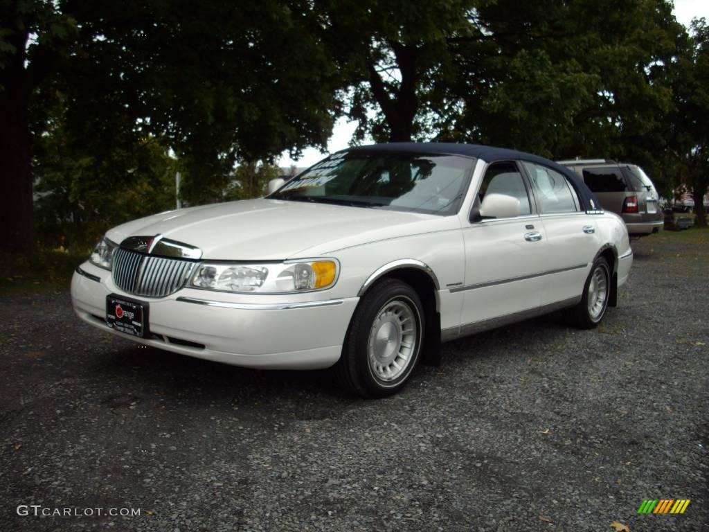 2001 Vibrant White Lincoln Town Car Presidential 18912714