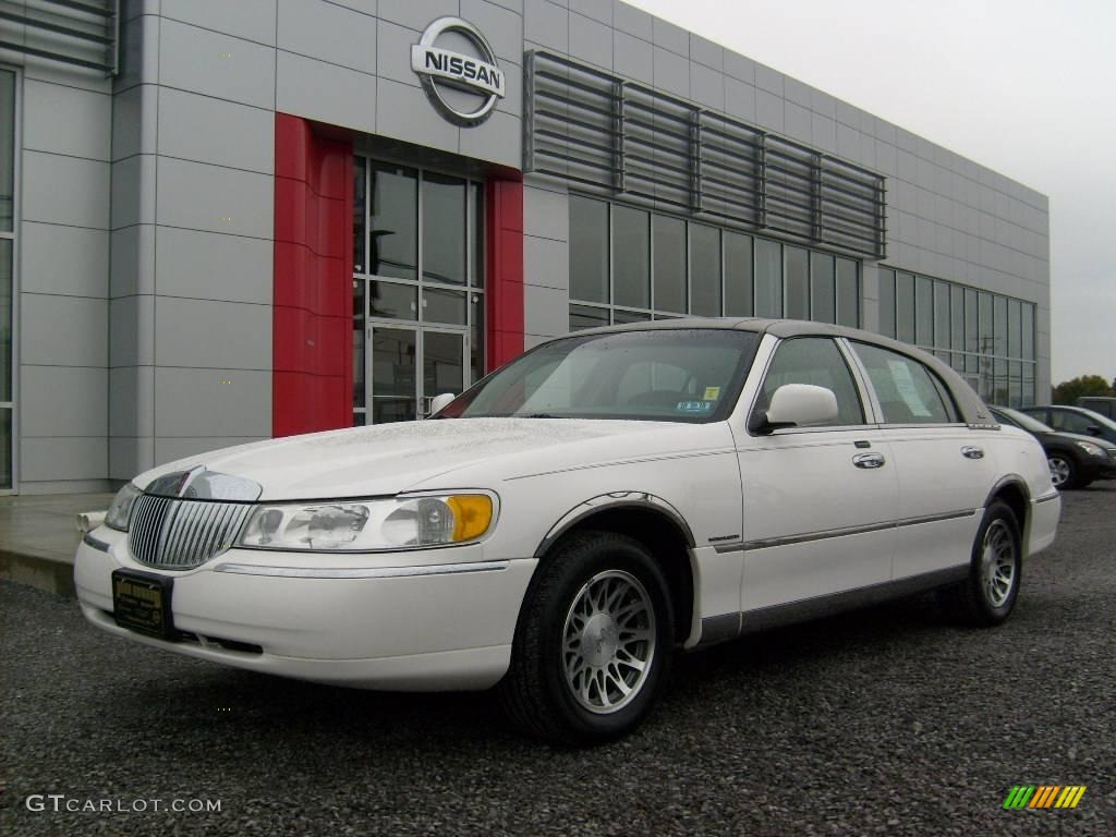 2002 vibrant white lincoln town car signature 19768561 car color galleries. Black Bedroom Furniture Sets. Home Design Ideas