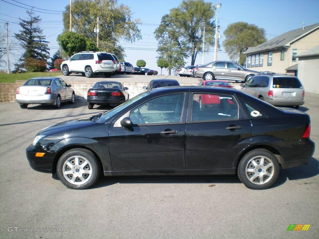 2005 Focus ZX4 SE Sedan - Pitch Black / Dark Flint/Light Flint photo #6