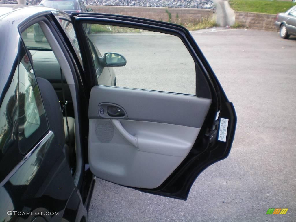 2005 Focus ZX4 SE Sedan - Pitch Black / Dark Flint/Light Flint photo #17