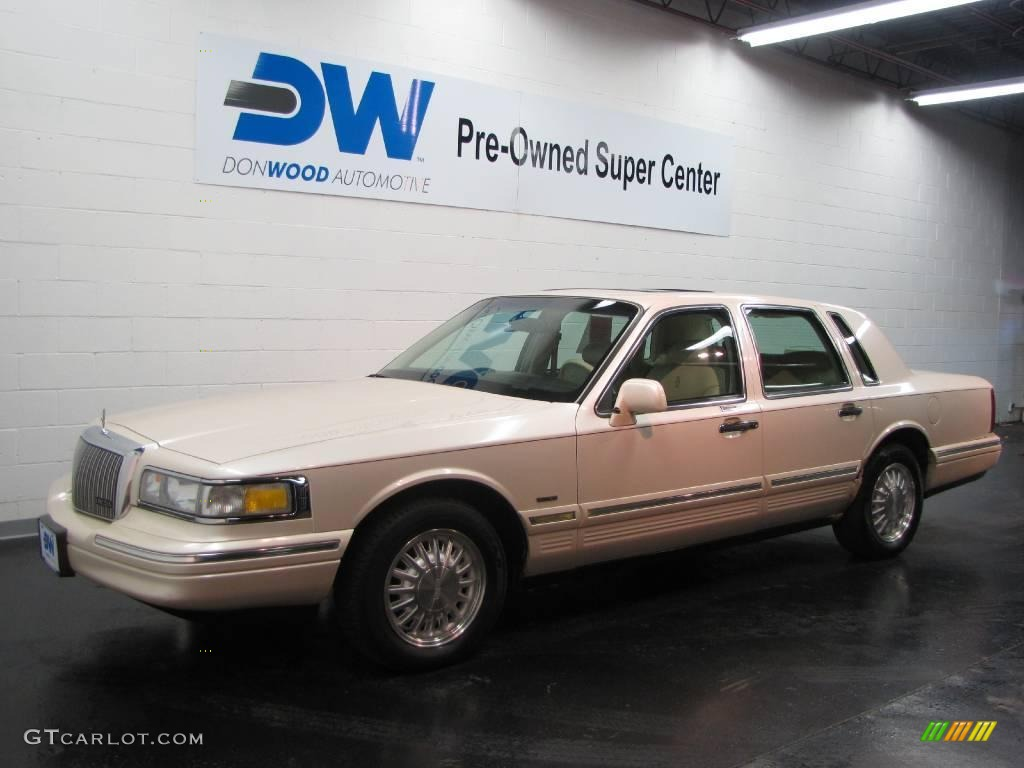 1995 ivory white pearl lincoln town car cartier 20306603 photo 2 car color. Black Bedroom Furniture Sets. Home Design Ideas