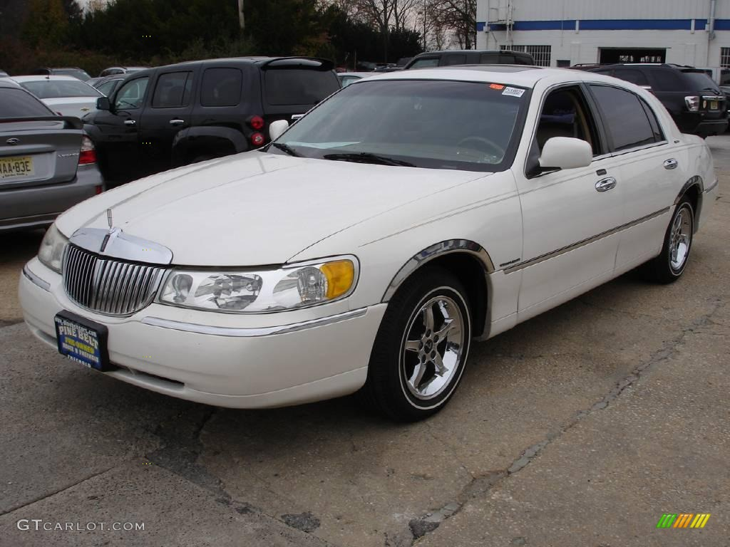 2000 vibrant white lincoln town car signature 21507190 car color galleries. Black Bedroom Furniture Sets. Home Design Ideas