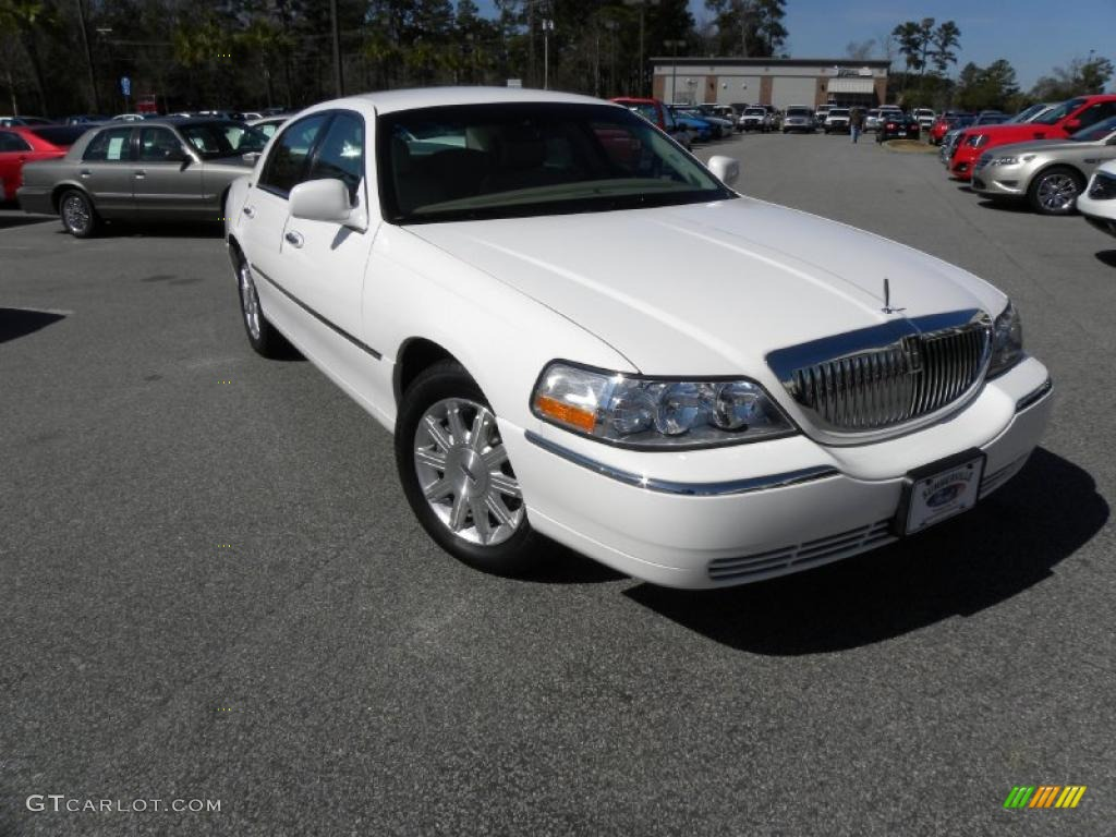 2009 vibrant white lincoln town car signature limited. Black Bedroom Furniture Sets. Home Design Ideas