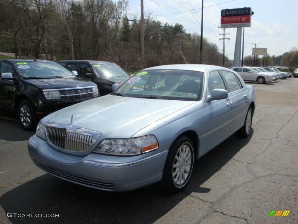 2006 Light Ice Blue Metallic Lincoln Town Car Signature 28092318