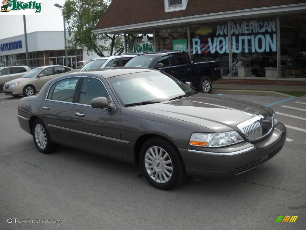 2003 Charcoal Grey Metallic Lincoln Town Car Signature 30036529