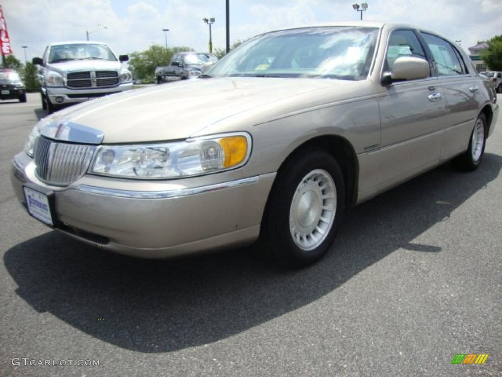 2001 Light Parchment Gold Metallic Lincoln Town Car Executive