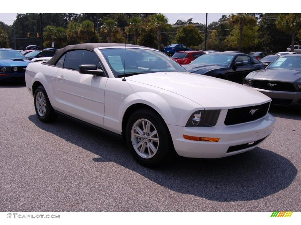 2006 Mustang V6 Deluxe Convertible - Performance White / Light Graphite photo #1