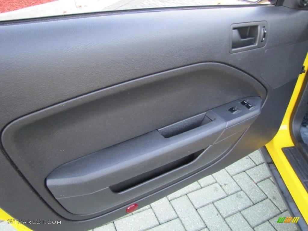 2006 Ford Mustang V6 Deluxe Convertible Dark Charcoal Door Panel Photo #38972944