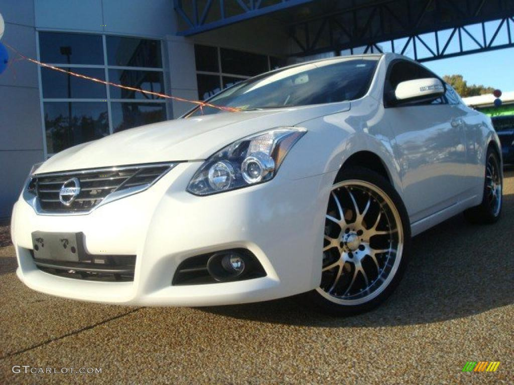 Good Winter Frost White Nissan Altima