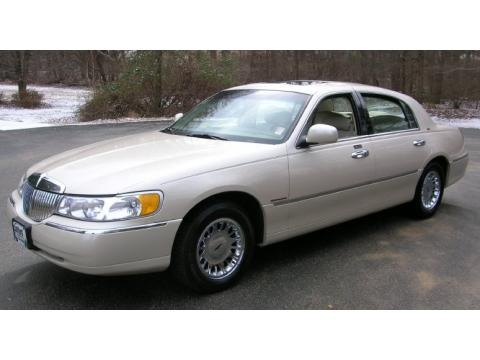 2000 Lincoln Town Car Specifications