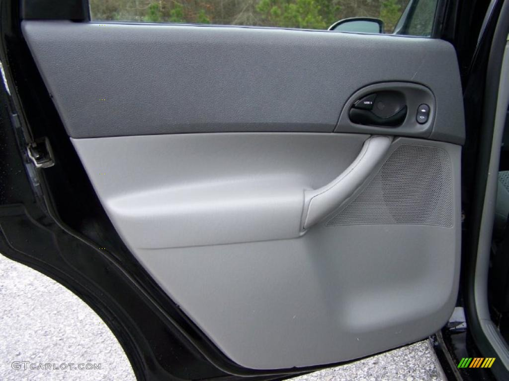 2005 Focus ZX4 SES Sedan - Pitch Black / Dark Flint/Light Flint photo #27