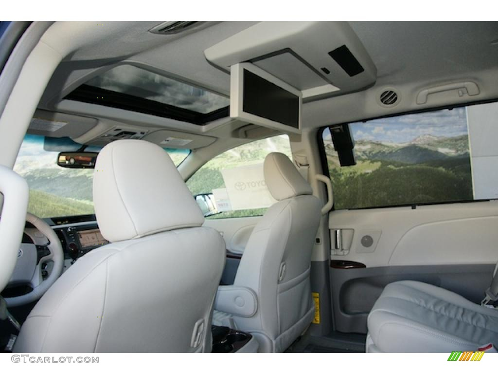 light gray interior 2011 toyota sienna xle awd photo. Black Bedroom Furniture Sets. Home Design Ideas