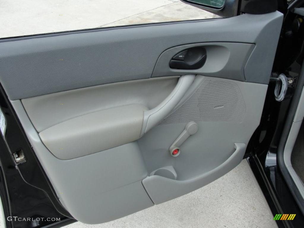 2005 Focus ZX4 S Sedan - Pitch Black / Dark Flint/Light Flint photo #29