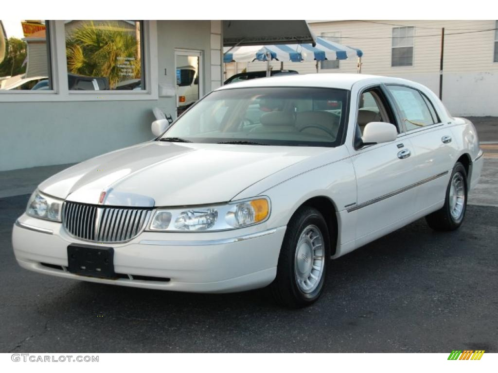 vibrant white 2002 lincoln town car executive exterior photo 47903099. Black Bedroom Furniture Sets. Home Design Ideas