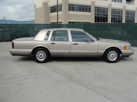1993 lincoln town car data info and specs. Black Bedroom Furniture Sets. Home Design Ideas