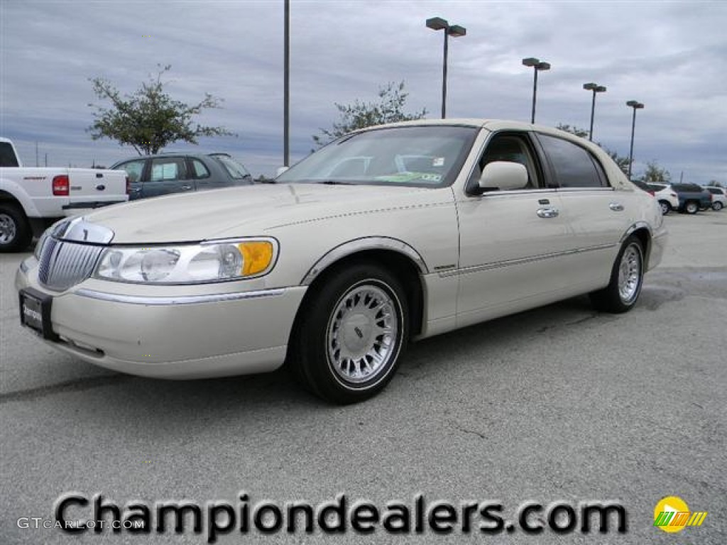2002 Ivory Parchment Pearl Lincoln Town Car Cartier 58684141