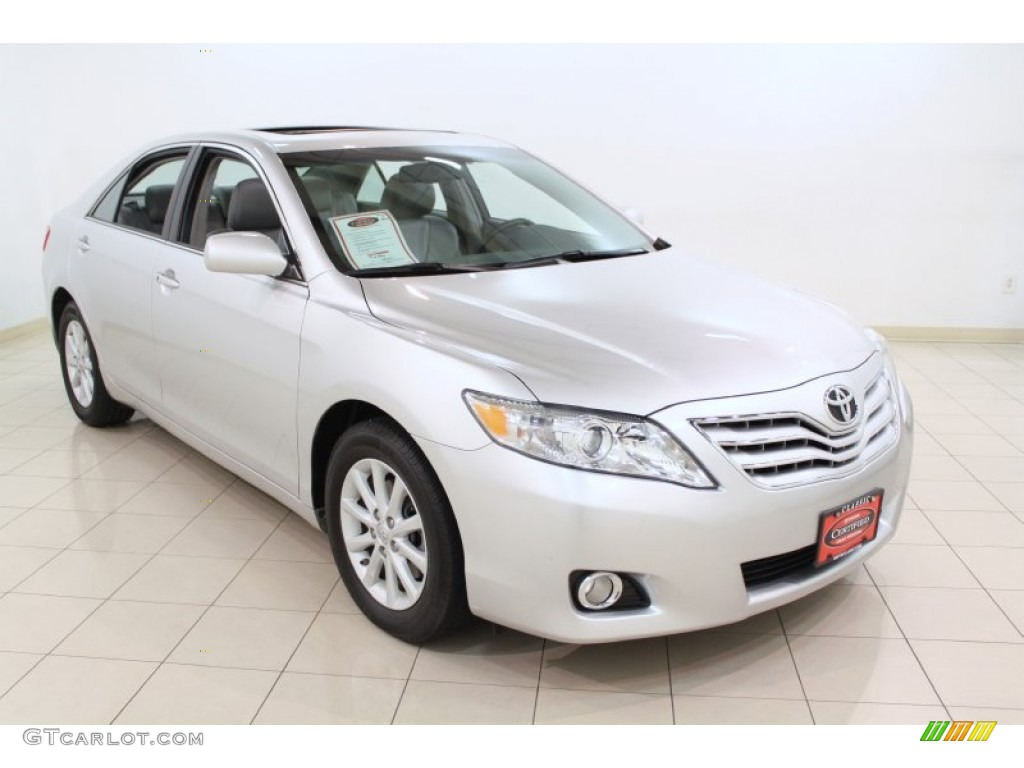 2010 classic silver metallic toyota camry xle 65307114. Black Bedroom Furniture Sets. Home Design Ideas