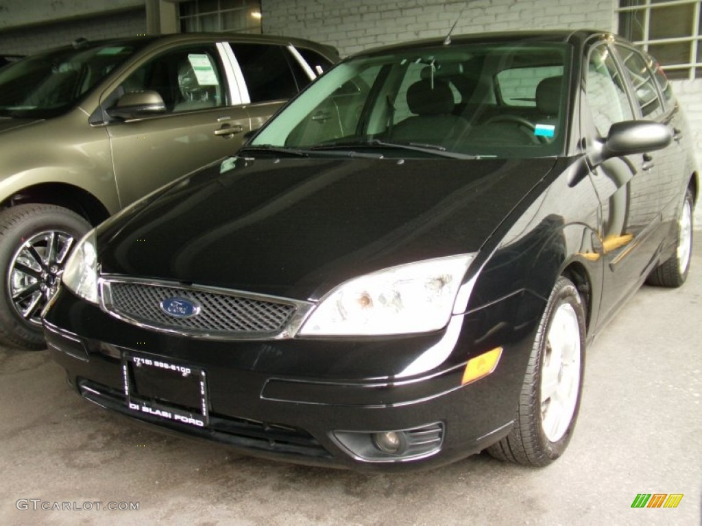 2005 Focus ZX5 SES Hatchback - Pitch Black / Charcoal/Charcoal photo #2