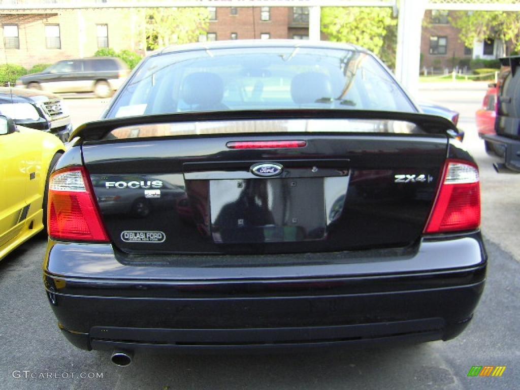 2005 Focus ZX4 ST Sedan - Pitch Black / Charcoal/Charcoal photo #19