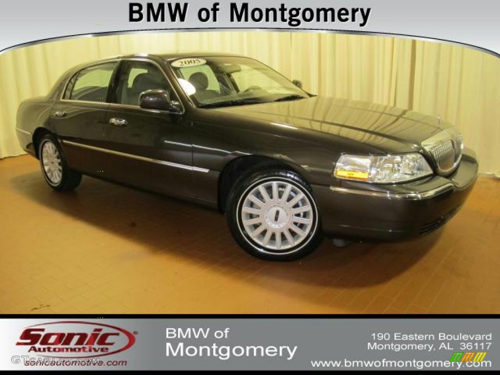 2005 Charcoal Beige Metallic Lincoln Town Car Sedan 68223537 Photo