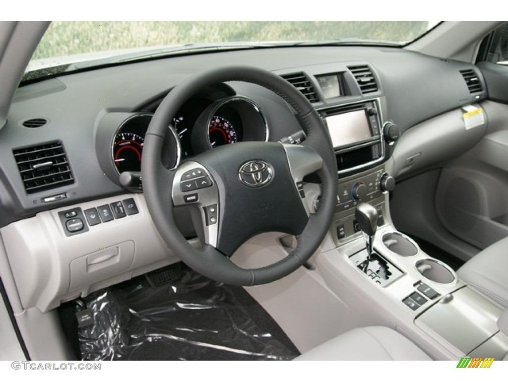Ash Interior 2013 Toyota Highlander SE 4WD Photo #71321650 | GTCarLot.com