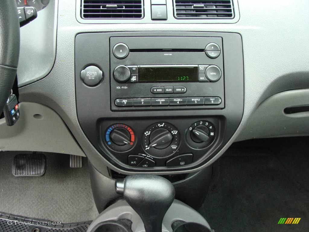 2005 Focus ZX4 SE Sedan - Pitch Black / Dark Pebble/Light Pebble photo #21