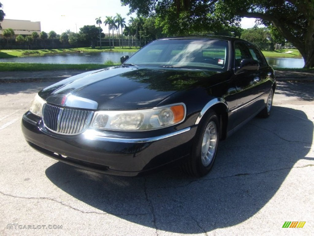 Black Clearcoat 2001 Lincoln Town Car Executive Exterior
